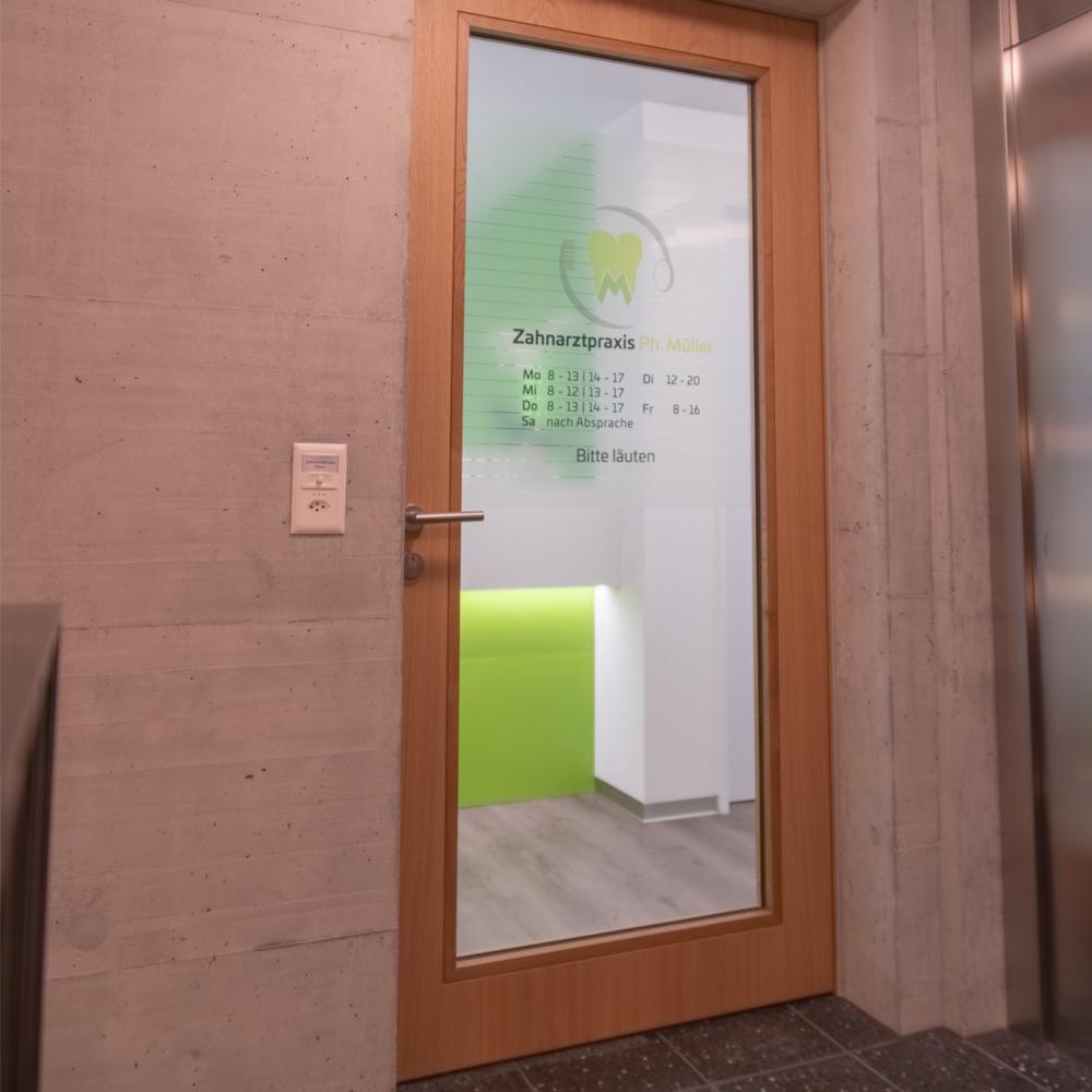 Wanddruck, Firmenlogo, Hausnummer, Eingangsbereich, Randlosdruck